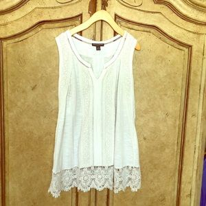 A Pea in the Pod White Tank Lace Detail